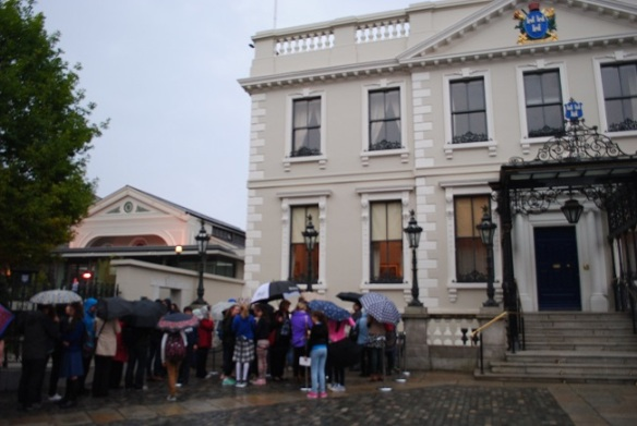 Queues outside the mansion house